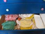 ubrania w szafie